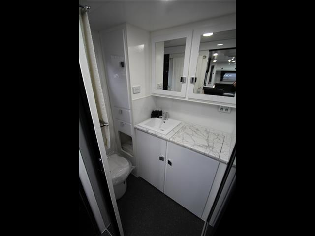 "19""6 Paramount Commaner XT Pack with separate ensuite showet & toilet"